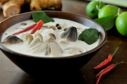 Dtom kha (hot & sour soup with coconut milk)
